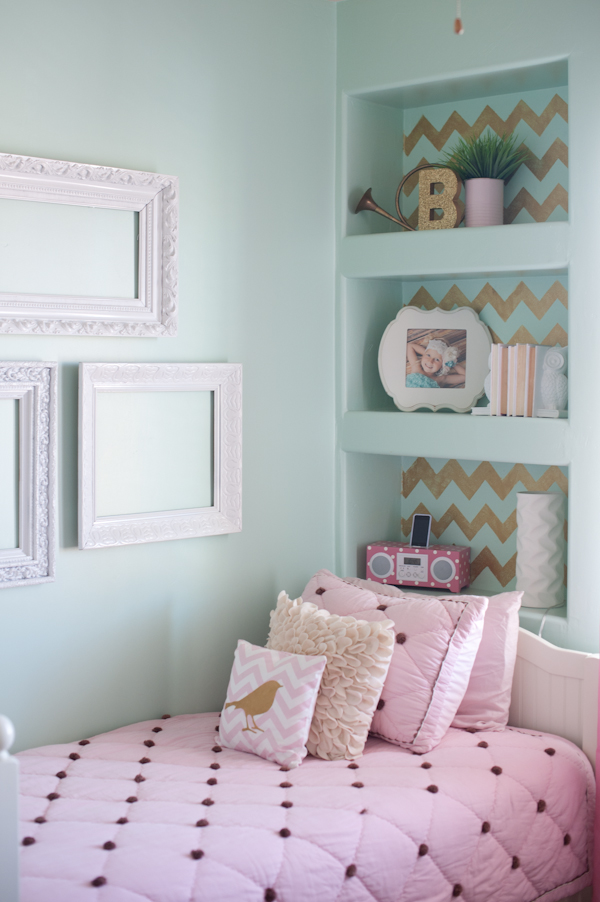Gold pink and very chic little girls bedroom design b Decorating little girls room